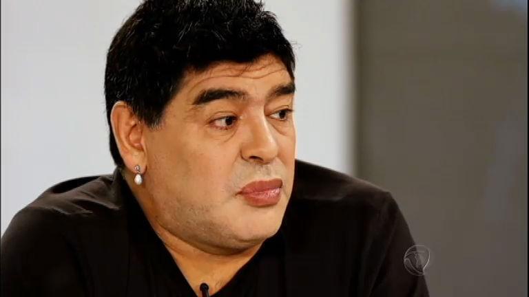 Maradona aparece com visual repaginado e chama a atenção de ...