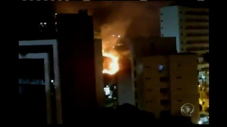 Sinalizador pode ter causado incêndio em encosta - Bahia - R7 ...