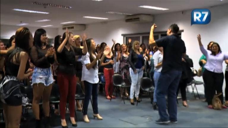 Plateia do Gugu aprende a dançar Pintinho Amarelinho antes do ...