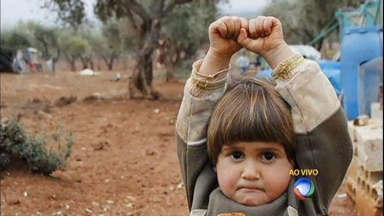 Menino sírio confunde câmera com arma, se rende e comove o mundo
