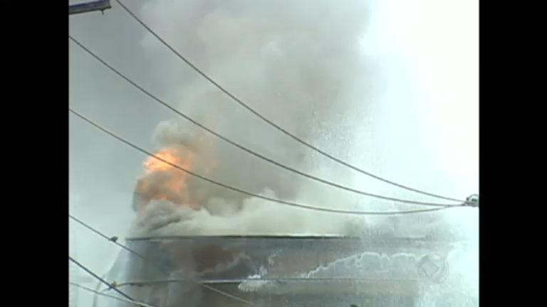 Bombeiros utilizam espuma importada para tentar conter incêndio ...