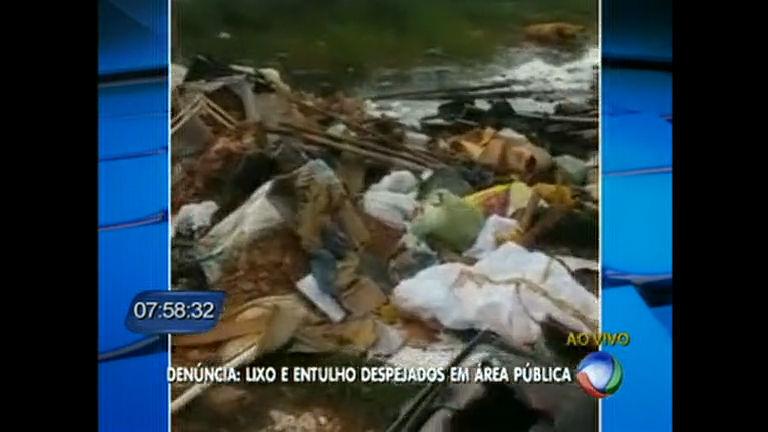 Moradores reclamam de lixo despejado em área pública no Distrito ...