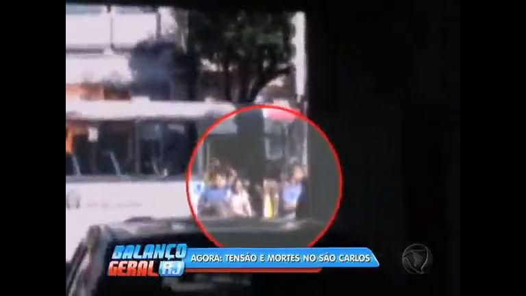 Vídeo mostra momento em que suspeitos ordenam saída de passageiros de ônibus