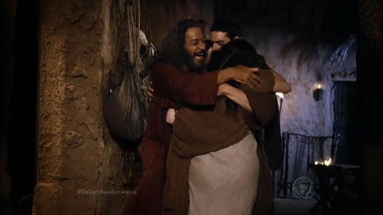 Moisés reencontra a família e todos se abraçam emocionados ...