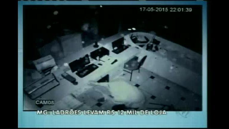 Dupla furta loja de móveis em Varginha (MG)