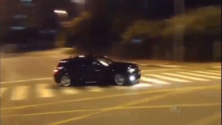 Motorista de cavalo de pau com carro em alta velocidade em ...