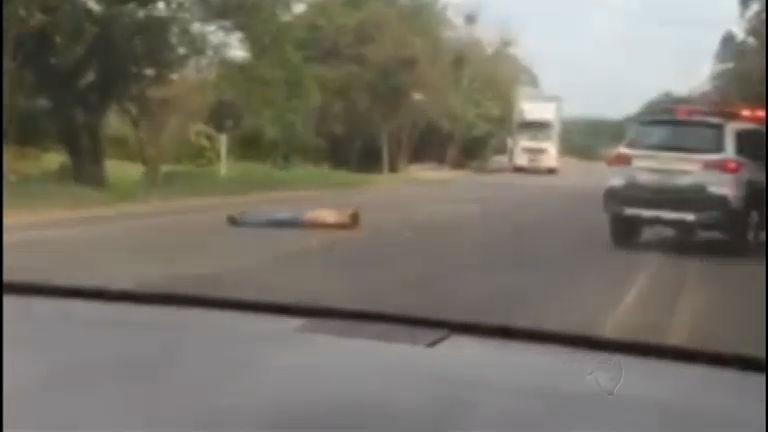 Homem briga com esposa e se deita no meio de rodovia em forma de protesto