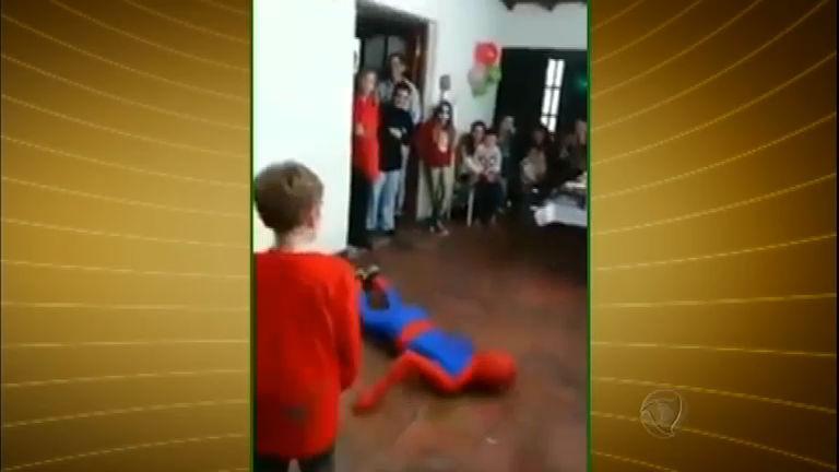 Homem- Aranha desastrado! Animador erra mortal e desmaia em ...