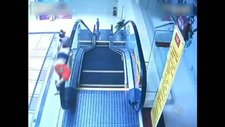 Impressionante! Criança, de dois anos, cai de escada rolante em ...