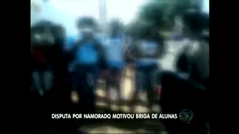 Alunas brigam na frente de escola no Entorno
