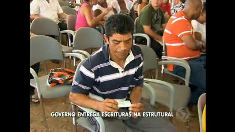 Moradores da Estrutural recebem escrituras de imóveis