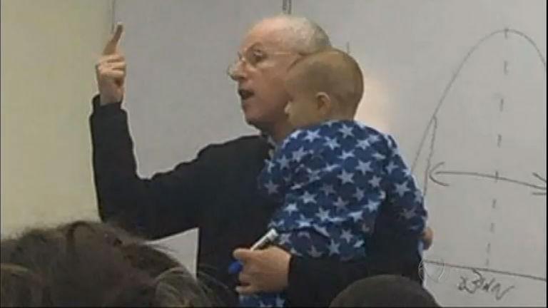 """Professor que ajudou aluna com bebê chorão vira """"celebridade"""" em ..."""