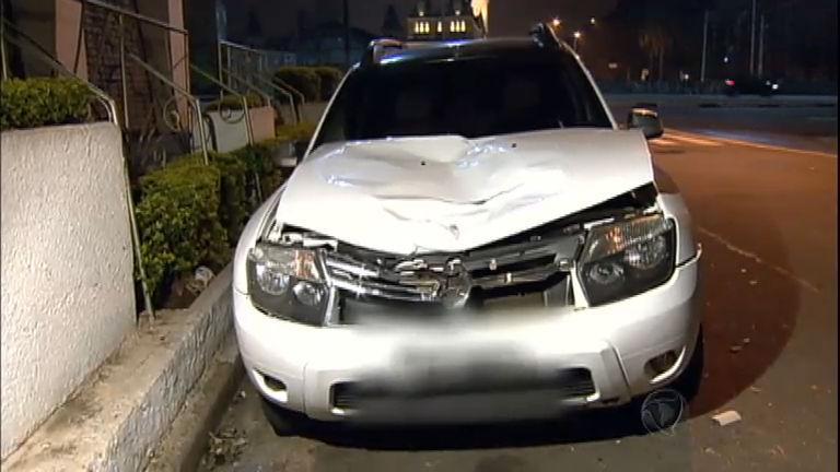 Carro e moto atropelam dois homens no centro de São Paulo