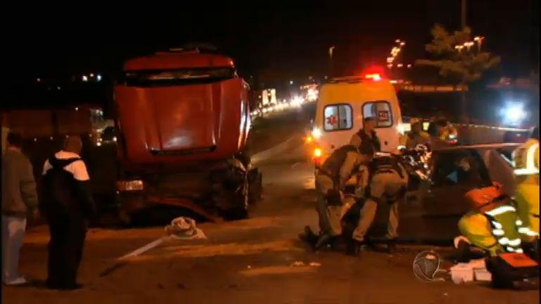 Carro bate de frente em carreta e mata três pessoas em Belo Horizonte