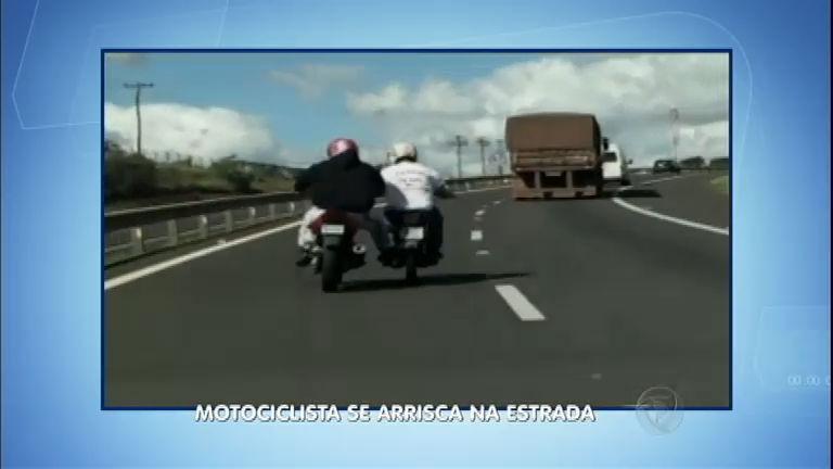 Imprudência: motociclista empurra moto com o pé em estrada ...