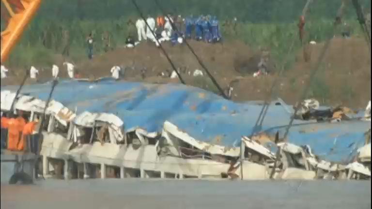 Navio que naufragou no rio Yangtze, na China, é retirado da água ...