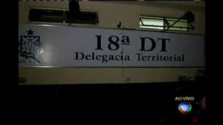 Vinte e três presos fogem pelo teto de delegacia
