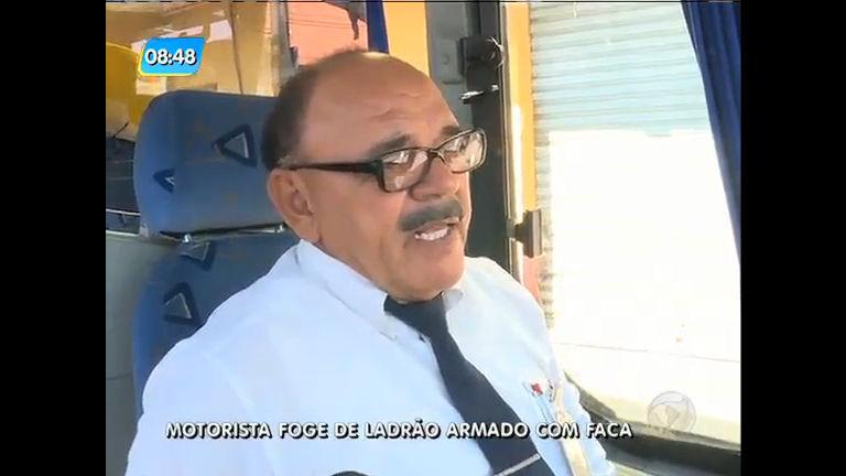 Motorista abandona ônibus no meio da rua para fugir de criminoso com faca na Baixada Fluminense
