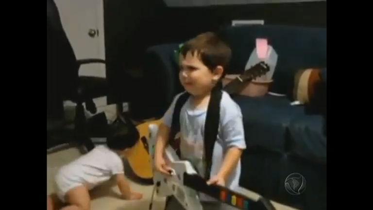 Aos dois anos, pequeno guitarrista faz sucesso na internet