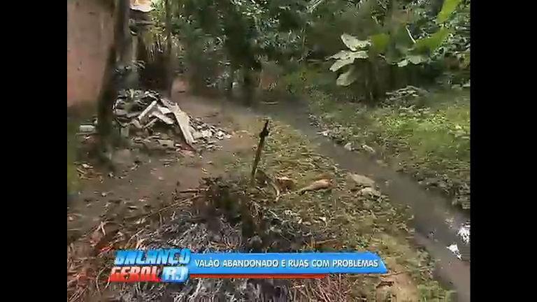 Moradores de Guaratiba denunciam obras inacabadas e valão abandonado