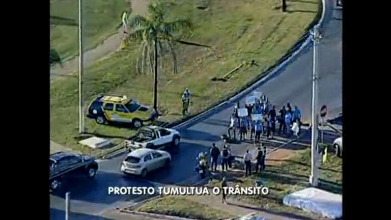 Rodoviários fazem manifestação em balão de acesso ao Recanto das Emas