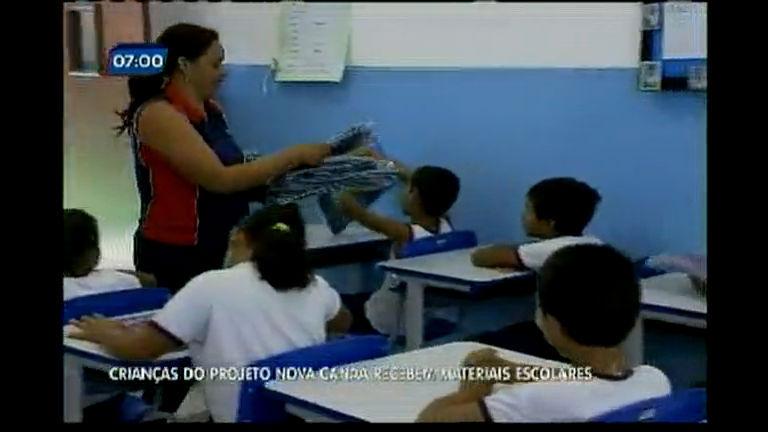 Crianças do Projeto Nova Canaã recem materiais escolares