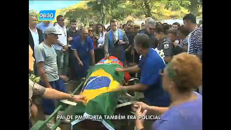 Corpo de PM baleada no rosto é enterrada; pai da agente também foi morto em confronto