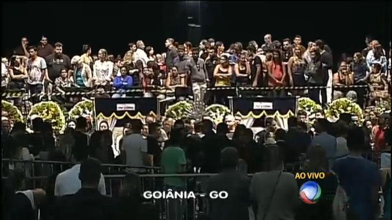 Centenas de fãs acompanham velório do cantor Cristiano Araújo ...