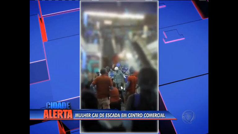 Mulher cai em escada rolante em centro comercial de Madureira, na ...