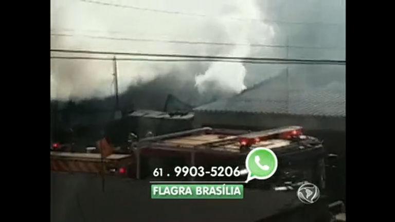 Depósito pega fogo em Brazlândia