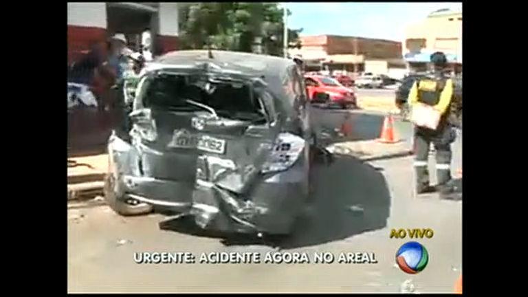 Acidente entre carro e ônibus deixa um ferido em Águas Claras