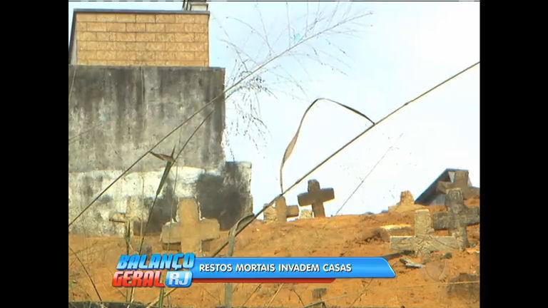 Restos mortais de cemitério invadem casas de moradores em ...