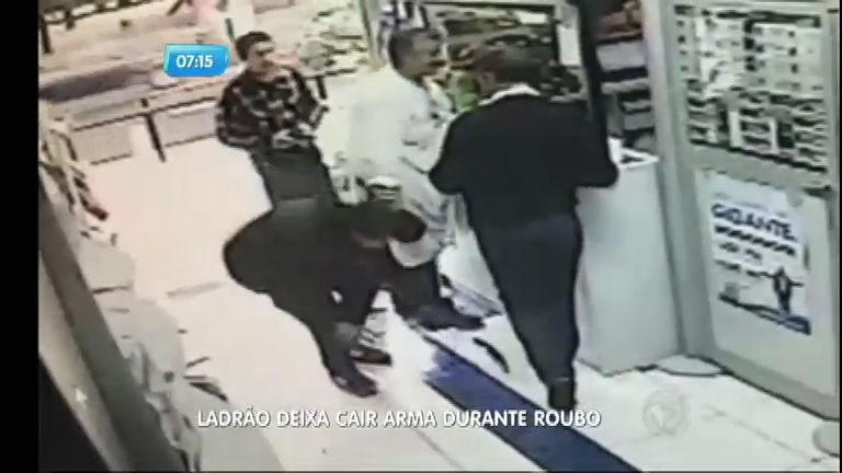 Ladrão atrapalhado deixa a arma cair no chão durante assalto ...