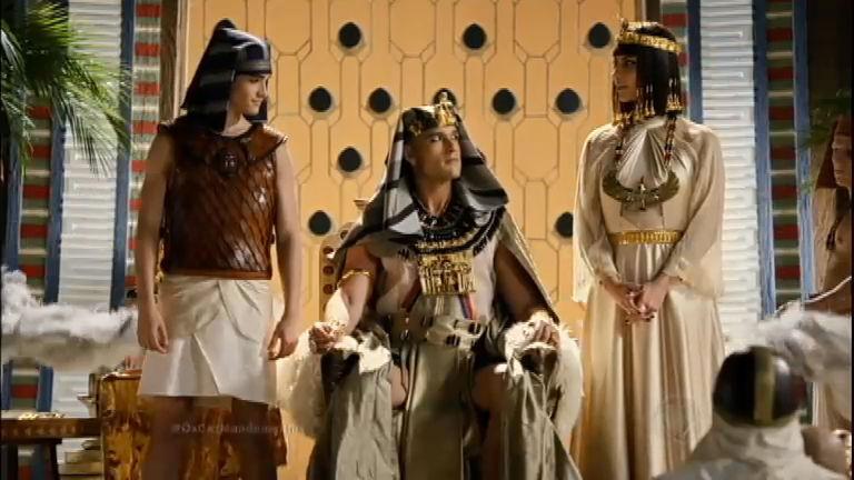 Ramsés fala sobre a construção de templos e se mostra implacável com os hebreus