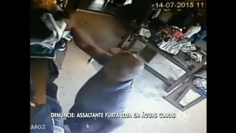 Câmeras mostram homem furtando roupas em loja do DF