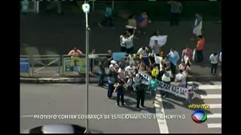 Funcionários de shopping fazem protesto contra cobrança de estacionamento