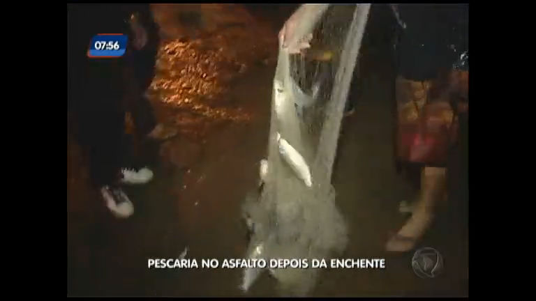 Pescaria no asfalto depois da enchente