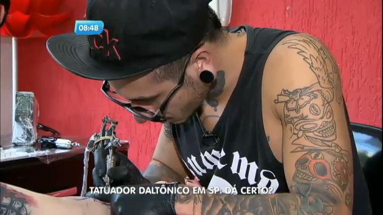Daltônico supera desconfiança e faz sucesso como tatuador