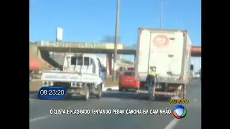 Ciclista é flagrado pegando carona em caminhão