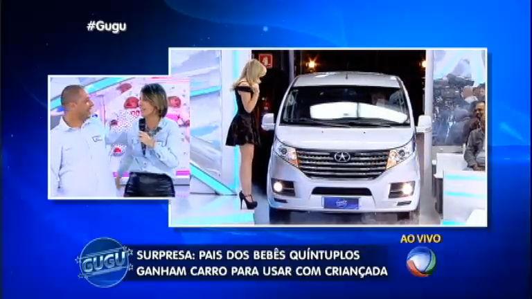 Pais dos quíntuplos ganham carrão no palco do Gugu ...