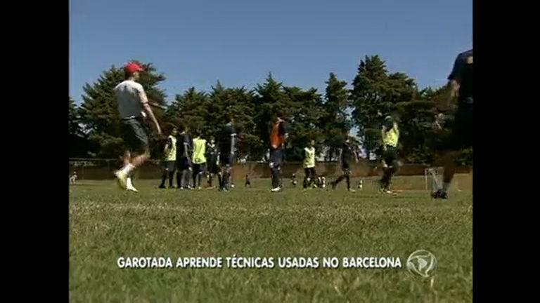 Fãs mirins passam por treinamento do Barcelona