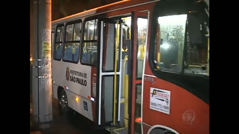Policial reage a assalto em ônibus, mas erra tiros e mata vítima