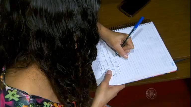 Conheça a jovem brasileira que escreve com caderno ao contrário ...