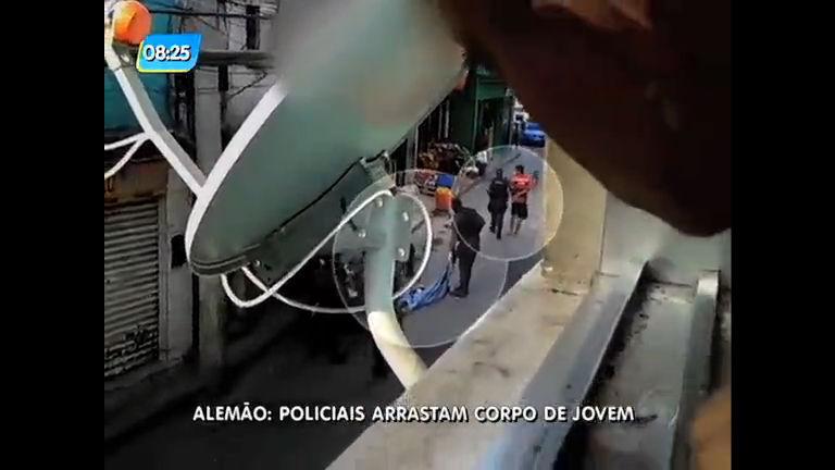 Flagra: PMs arrastam corpo de jovem pela rua no Complexo do Alemão
