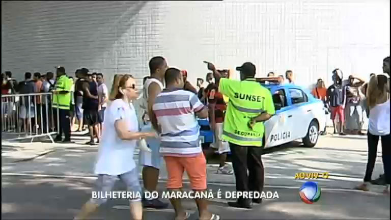 Torcedores do Flamengo depredam bilheteria do Maracanã
