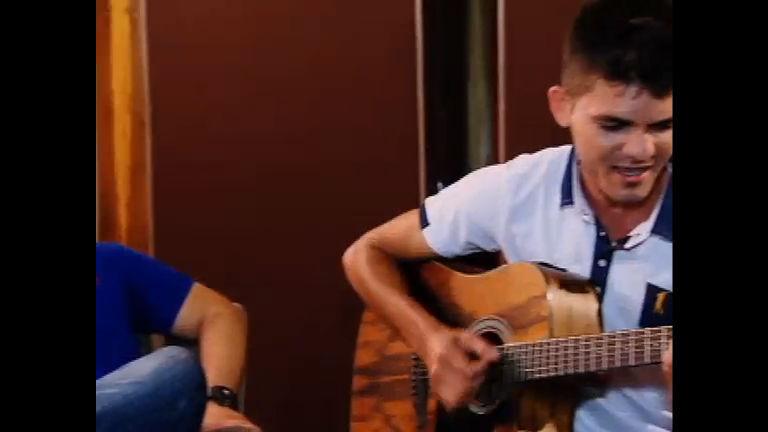 Com voz idêntica, jovem tenta cantar música que Cristiano Araújo ...