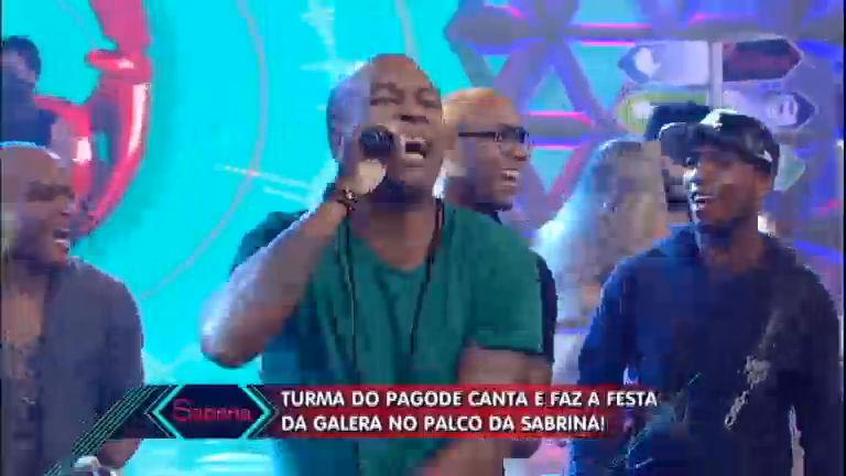 Turma do Pagode faz a plateia vibrar ao cantar sucesso ...