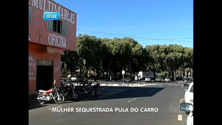 Mulher pula de carro para escapar de sequestro em Franca (SP)