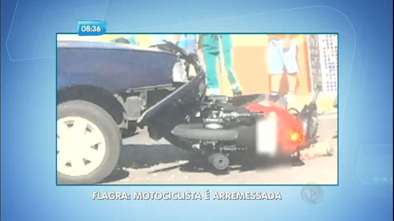 Motociclista fica gravemente ferida depois de ser atingida por carro em Lins (SP)