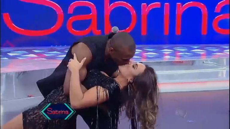 Beijo de cinema: Nicole Bahls entra na brincadeira e dá beijão no ...